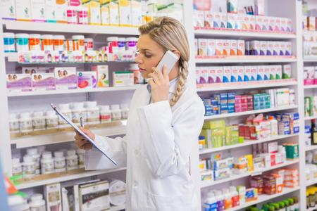 farmacia: Farmacia pasante para llamar por teléfono al leer el portapapeles en la farmacia Foto de archivo
