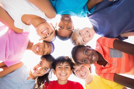 circulo de personas: Los alumnos de pie en un c�rculo en un d�a soleado