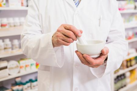 farmacia: Mediados de secci�n de farmac�utico mezclar la medicina en la farmacia Foto de archivo