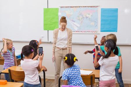 Stoute leerlingen in de klas op de lagere school Stockfoto