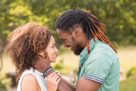 Linda pareja en el parque en un día soleado