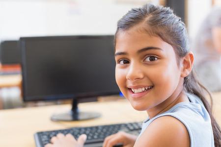person computer: Nette Sch�lerin in Computer-Klasse in der Grundschule Lizenzfreie Bilder