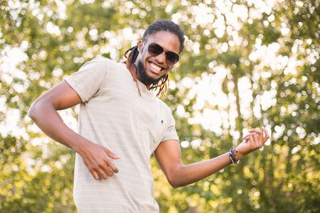 hombres de negro: Inconformista hermoso en el parque en un día soleado Foto de archivo