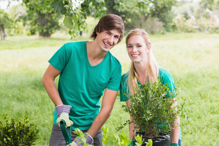 Happy friends gardening for the community on a sunny day Фото со стока - 38078321