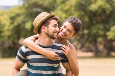 parejas de amor: Linda pareja en el parque en un d�a soleado