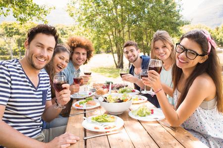 dia soleado: Amigos felices en el parque de almorzar en un día soleado