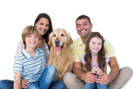 흰색 배경 위에 골든 리트리버와 함께 행복 한 가족의 초상화