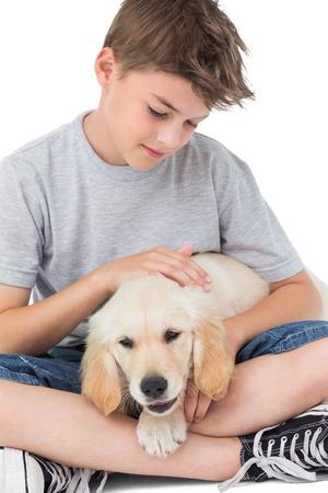 okşayarak: Beyaz zemin üzerinde otururken köpeği okşayarak çocuğu Loving