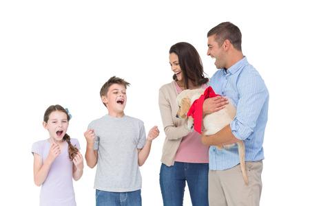 gifting: Madre y padre feliz regalar cachorro a los ni�os sobre el fondo blanco Foto de archivo