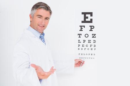bata de laboratorio: Optometrista mirando a la c�mara en el consultorio m�dico