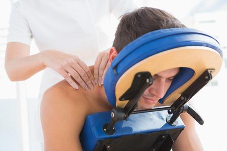 massage homme: Homme ayant massage du dos dans le cabinet médical