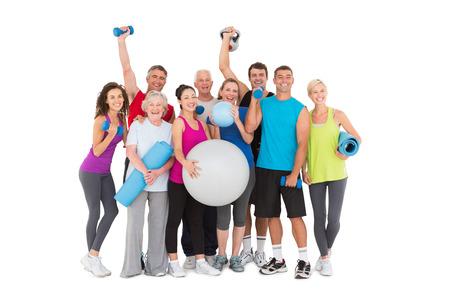 Vrolijke mensen die fitnessapparatuur op een witte achtergrond