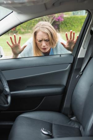 Klucze: Kobieta zapomniała klucza wewnątrz samochodu Zdjęcie Seryjne