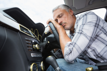 chofer: Hombre borracho se desplomó en el volante de su coche