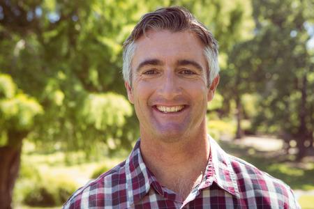 hombres maduros: hombre casual sonriendo a la c�mara en un d�a soleado