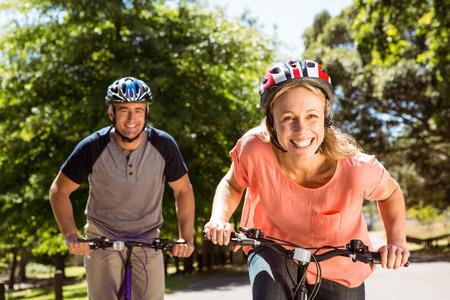 dia soleado: Feliz pareja en un paseo en bicicleta en un día soleado