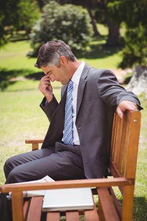 desolaci�n: El pensamiento de negocios en el parque en un d�a soleado Foto de archivo