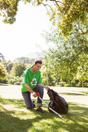 reciclar: El activista medioambiental recogiendo la basura en un d�a soleado Foto de archivo