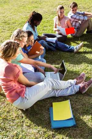 estudiantes universitarios: Los estudiantes que estudian fuera del campus en un día soleado