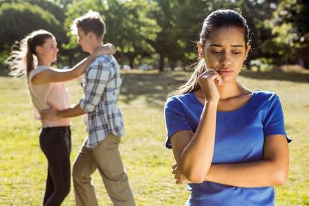 ungeliebt: Mann untreu im Park an einem sonnigen Tag Lizenzfreie Bilder