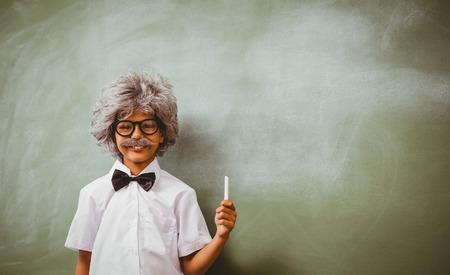 Portret van de kleine jongen verkleed als senior docent voor schoolbord