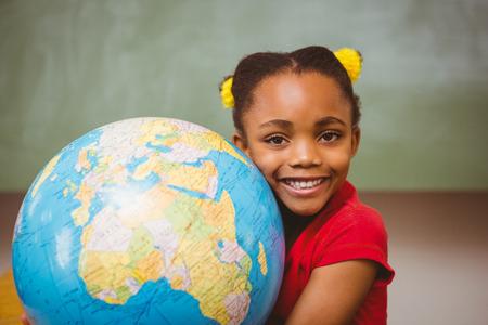 black girl: Portrait des netten kleinen Mädchens hält Globus