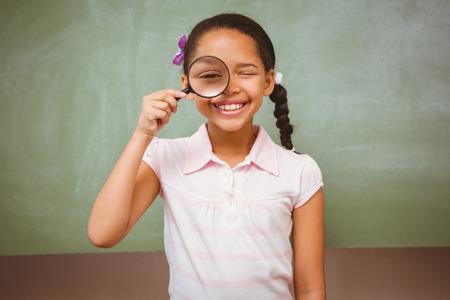 black girl: Portrait des netten kleinen Mädchens Holding-Vergrößerungsglas im Unterricht Lizenzfreie Bilder