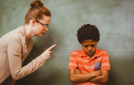 Vrouwelijke leraar schreeuwen bij jongen in de klas Stockfoto - 38133347
