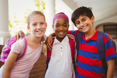 escuela primaria: Retrato de la sonrisa pequeños niños de la escuela en el pasillo de la escuela