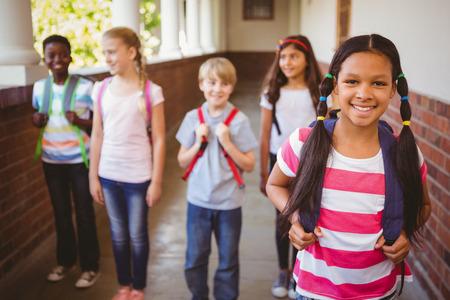 kinderen: Portret van lachende schoolkinderen op school corridor