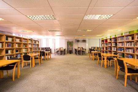 biblioteca: Vista de una biblioteca vacía Foto de archivo