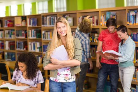 library: Grupo de estudiantes universitarios en la biblioteca
