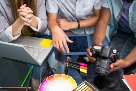 オフィスのデスクでのデジタル カメラで創造的なビジネスの人々 のクローズ アップ 写真素材