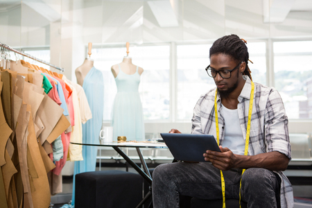 hombres de negro: Hombre diseñador de moda que usa la tableta digital, Foto de archivo