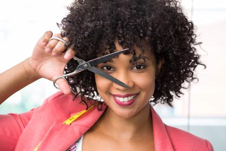 Portrait de créateurs de mode féminine tenant des ciseaux heureux Banque d'images - 38153518