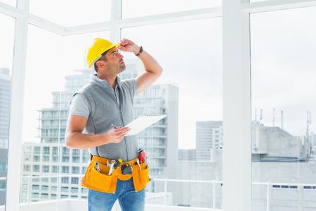 mantenimiento: Manitas sosteniendo el Portapapeles al inspeccionar la construcci�n