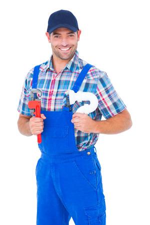 fontanero: Retrato de fontanero masculino feliz celebraci�n de llave inglesa y fregadero tuber�a en el fondo blanco Foto de archivo