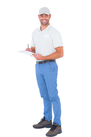hombre escribiendo: Retrato de cuerpo entero de la confianza de escritura en el sujetapapeles supervisor masculino sobre el fondo blanco