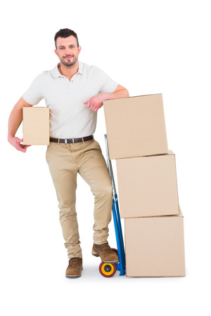 boite carton: l'homme de livraison avec chariot de bo�tes sur fond blanc