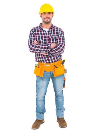 hombre con sombrero: Manual de los trabajadores de pie con los brazos cruzados sobre fondo blanco