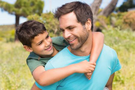 padres: Padre e hijo en el campo en un d�a soleado