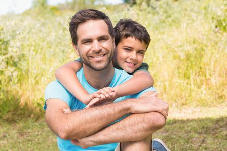 Vader en zoon op het platteland op een zonnige dag