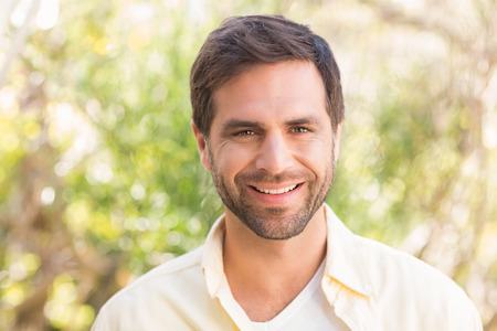 homme: Heureux homme souriant à la caméra sur une journée ensoleillée