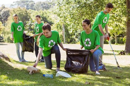 Milieu-activisten oppakken van vuilnis op een zonnige dag