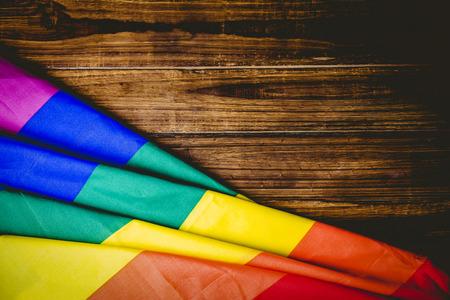 bandera gay: Bandera del orgullo gay en madera tiro mesa en el estudio