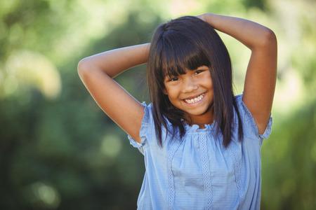 cabello negro: Niña linda en el parque en un día soleado