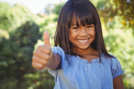 black girl: Nettes kleines Mädchen im Park an einem sonnigen Tag Lizenzfreie Bilder