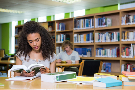 ESTUDIANDO: Estudiante que estudia en la biblioteca de la universidad