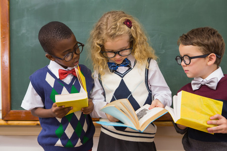 niños negros: Los alumnos la lectura de libros en la escuela primaria