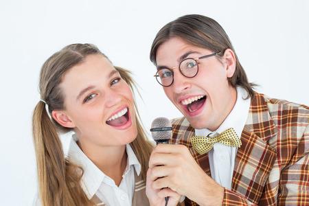 together with long tie: Urbanitas geek feliz que canta con el micr�fono en el fondo blanco